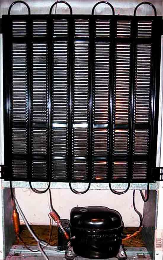 Kompressor_i_kondensator_na_zadney_stenke_byitovogo_holodilnika