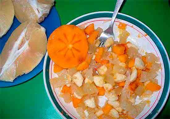 Рецепт салата с ледяным лимоном, помело, хурмой и ананасом.