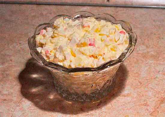 Салат с крабовыми палочками и ананасами.