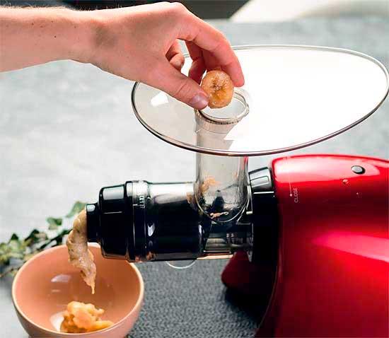 Изготовление бананового мороженого.