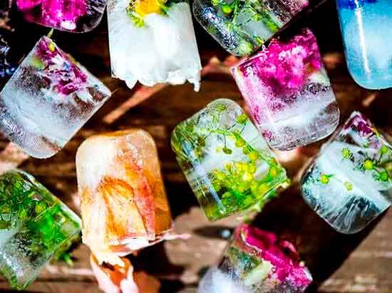 Ледяные кубики с цветами.