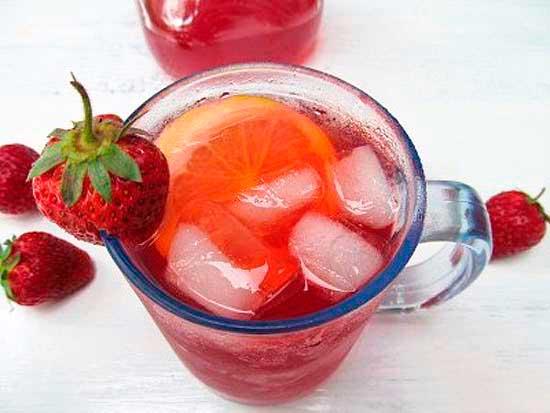 Клубничный чай со льдом и лимонным соком.
